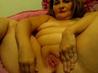 Fat brunette likes to stretch her pussy and ass