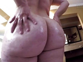 Big booty babe shows her ass while showering